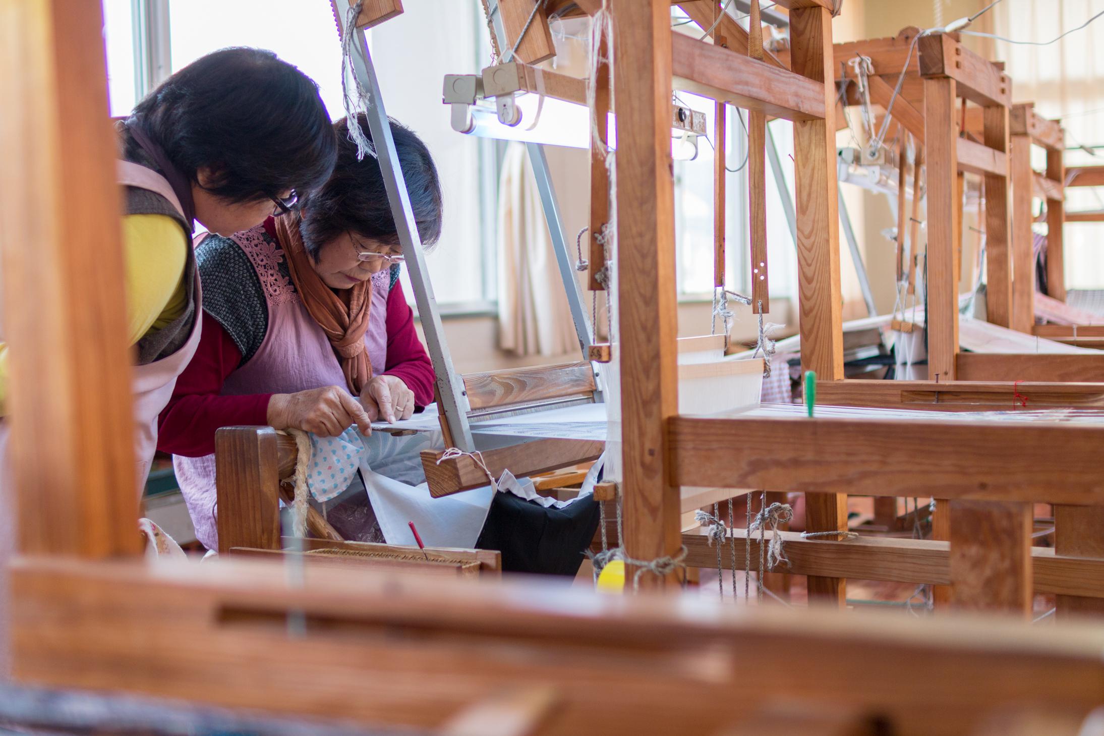 奄美大島で大島紬の織り方を教える人