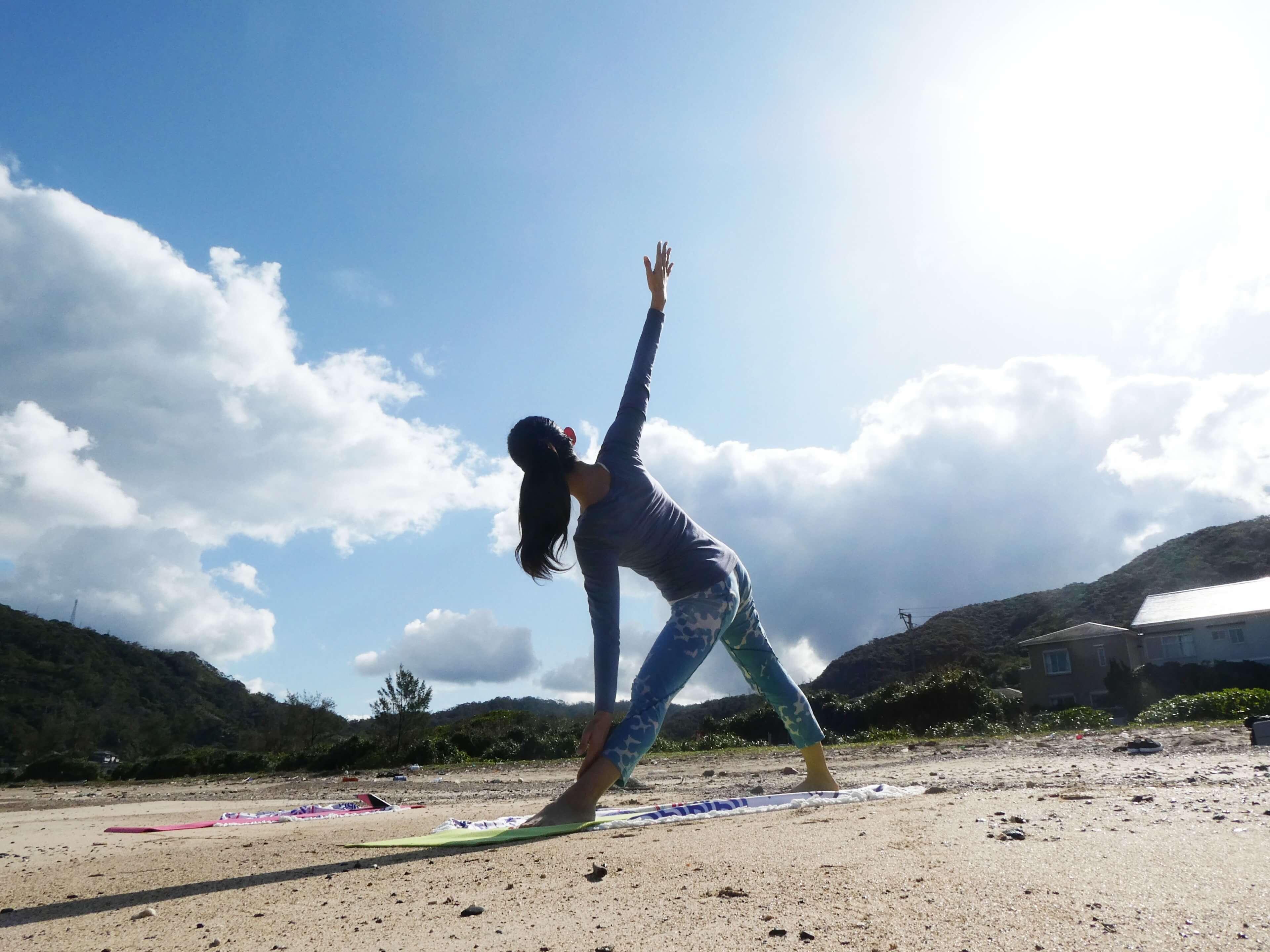 奄美大島の砂浜でビーチヨガ体験