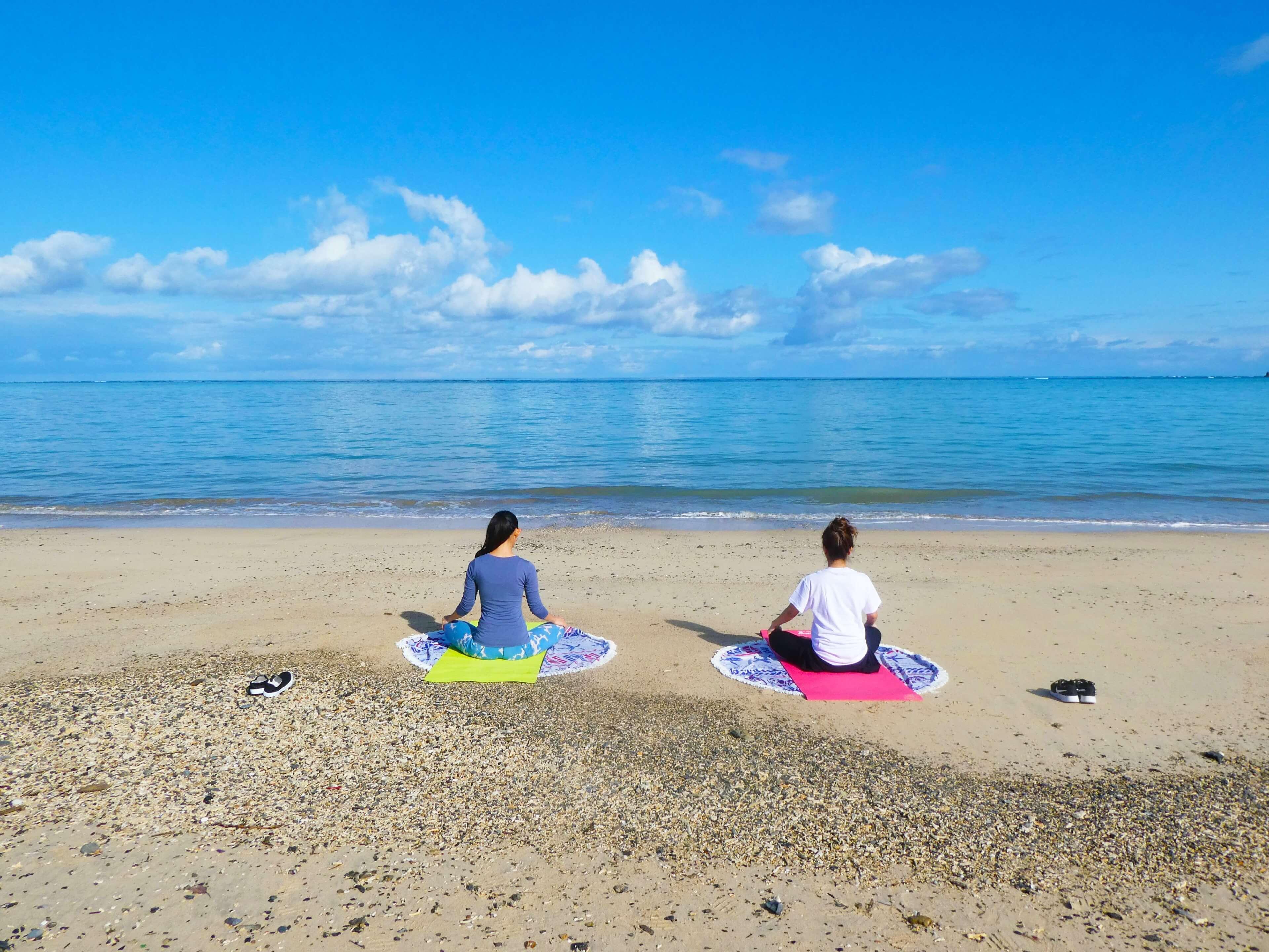 奄美大島の砂浜で島ヨガ体験