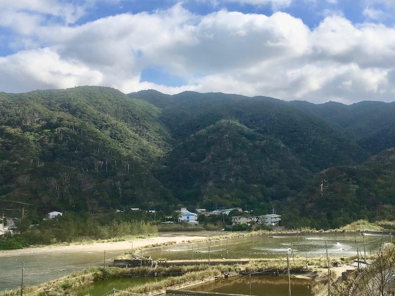 山に囲まれた湯湾釜集落