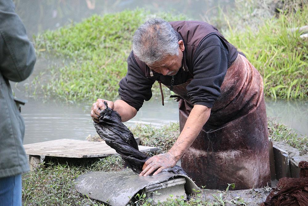 金井工芸の泥田で作業する人