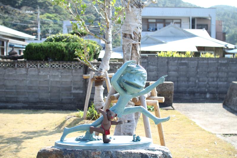 宇検村にある走るケンムンの銅像