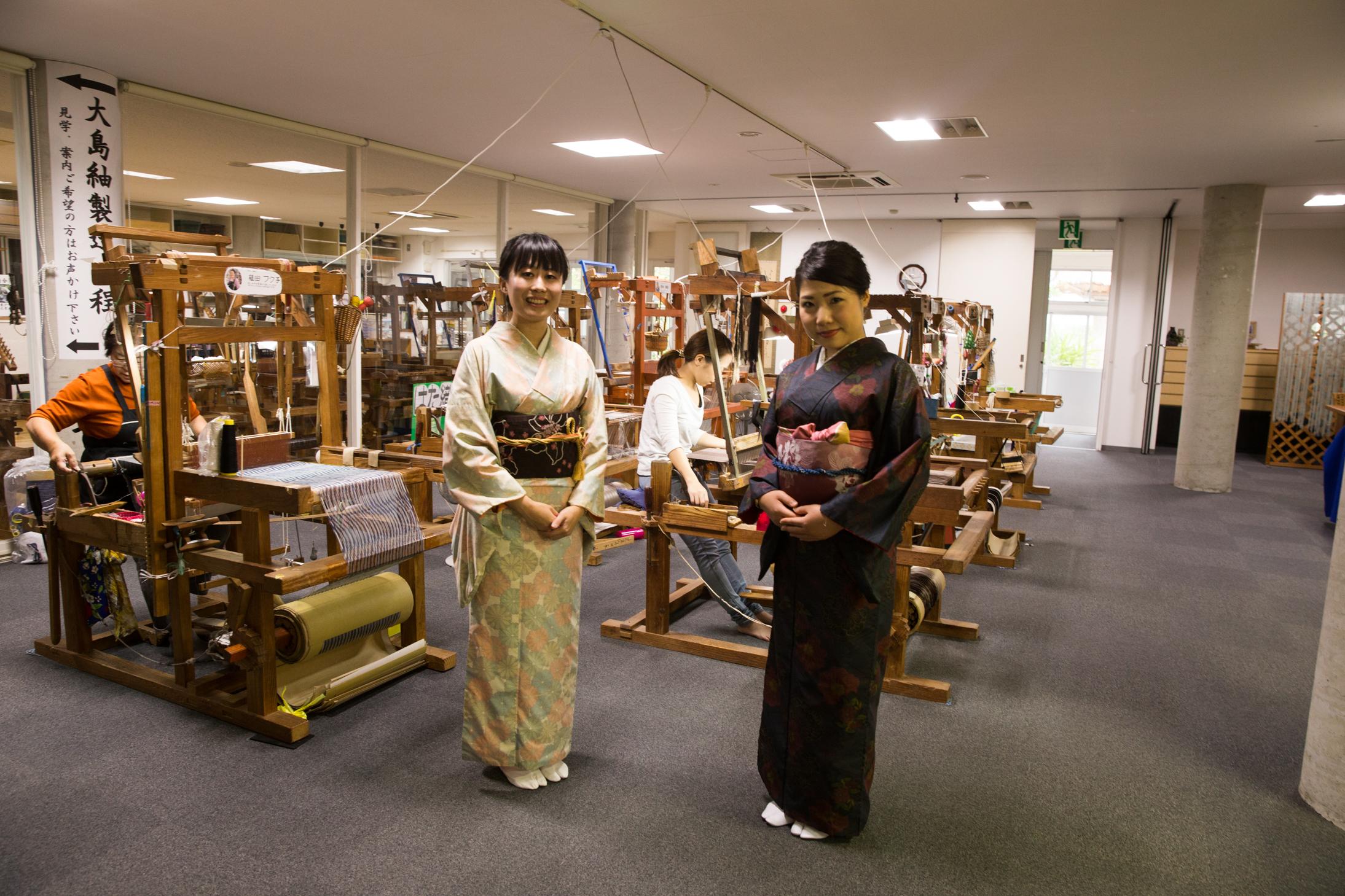 大島紬を着る若い女性2人