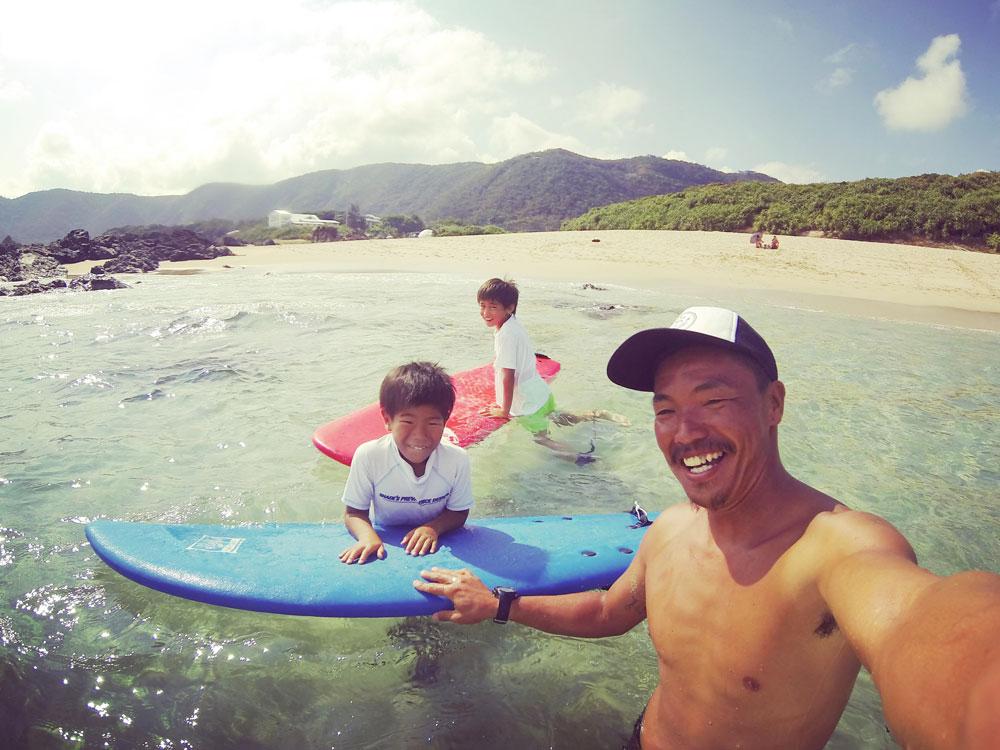 奄美でサーフィンを体験する子ども:Can'nen Surf