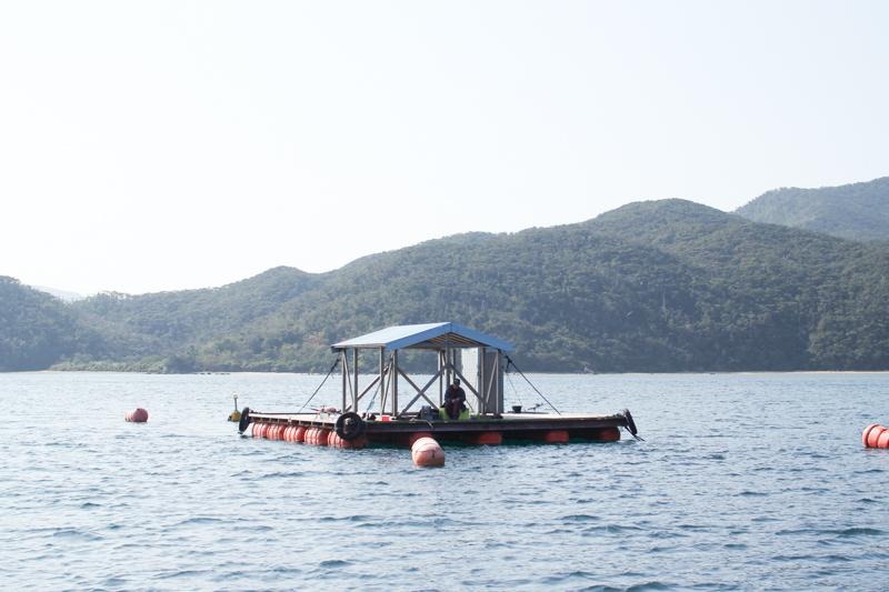 宇検村にある海に浮かぶ釣りイカダ