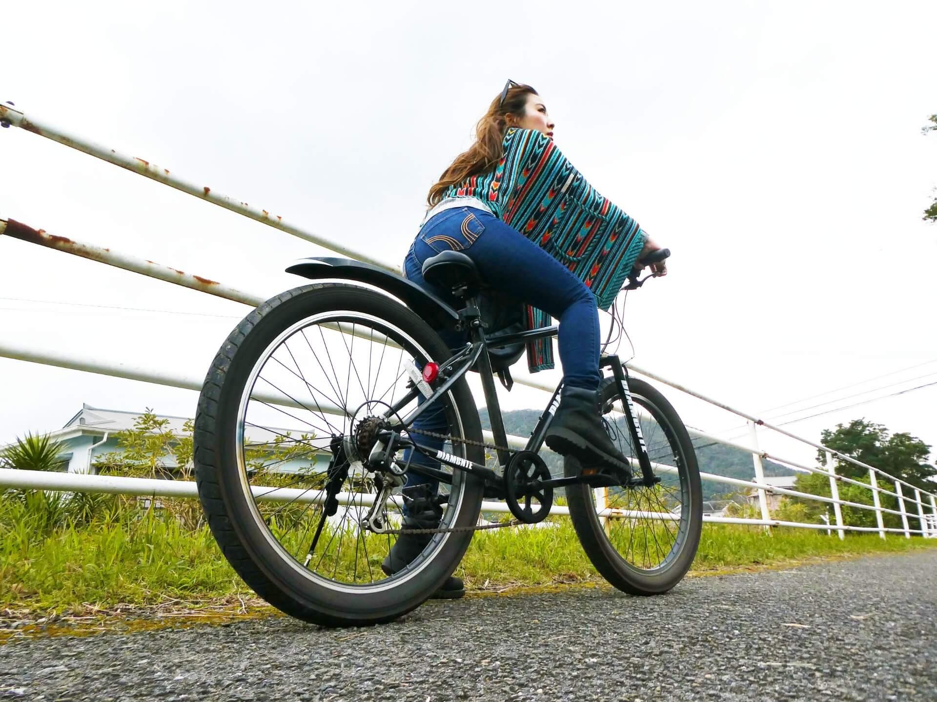 マウンテンバイクに乗る女性P1030068