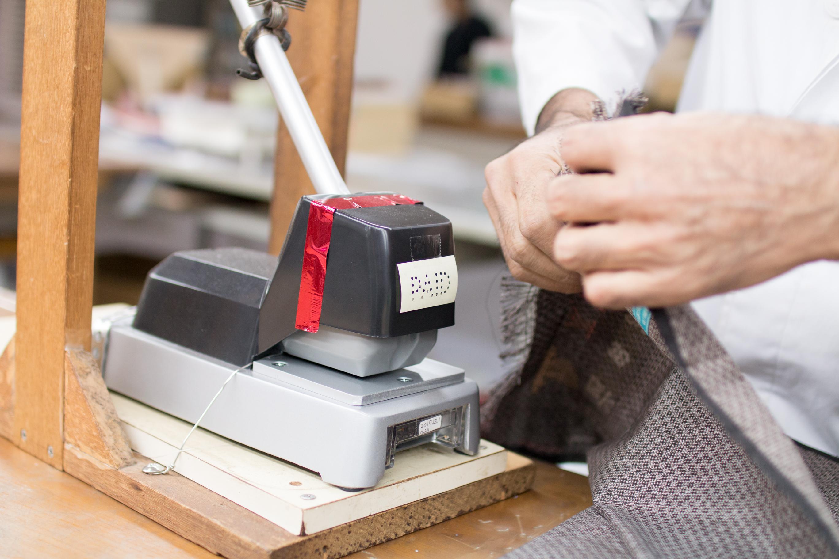 大島紬完成品の最終確認後に貼られるシール