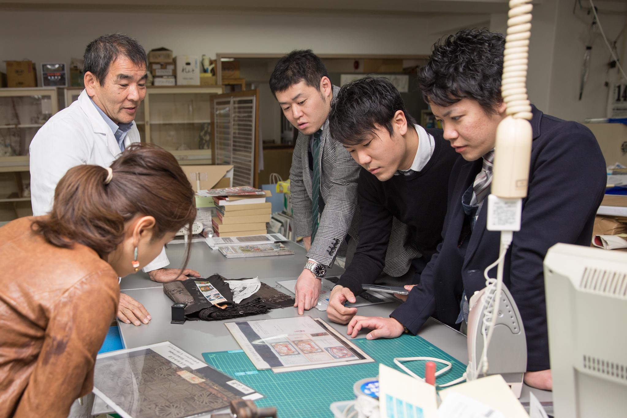 本場奄美大島紬協同組合に研修で来られた方々