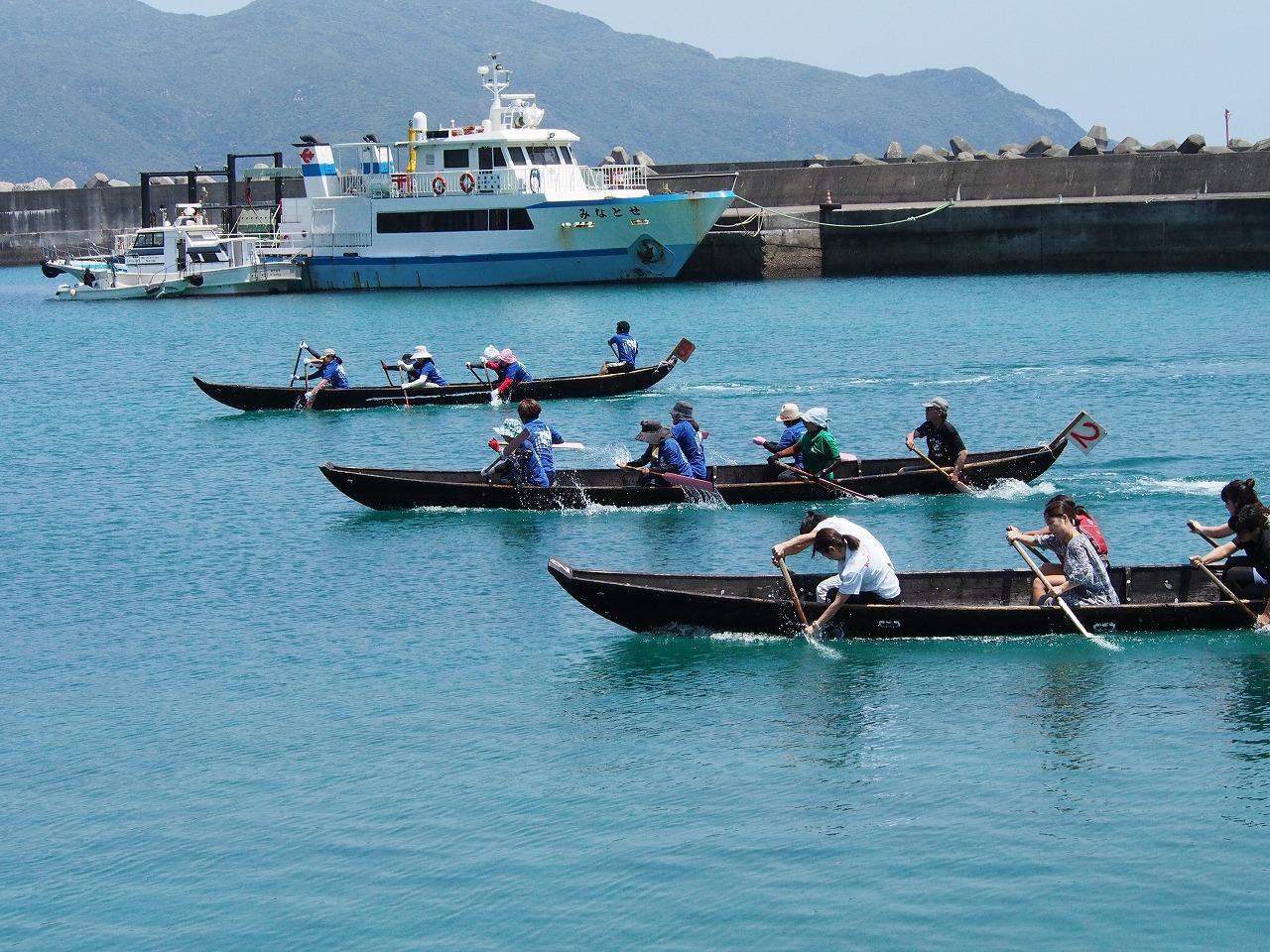 海で舟こぎをしている人たち