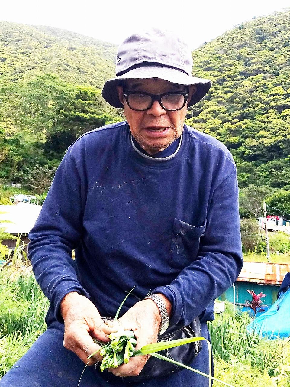 畑で作業をする永田明正さん