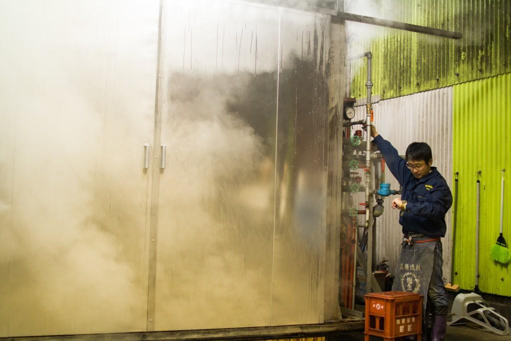 奄美弥生焼酎醸造所の川崎さんに取材
