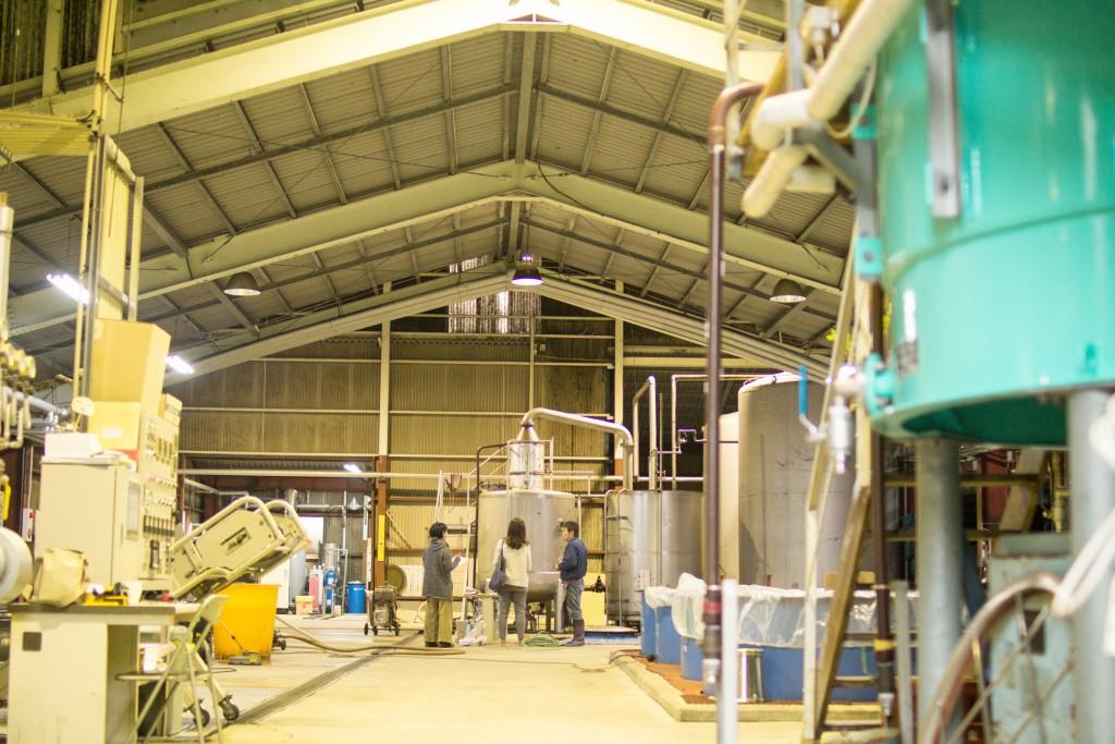 奄美にある弥生焼酎醸造所の内部