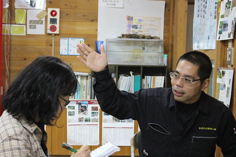 奄美龍郷町にある自然観察の森のガイド川畑さん