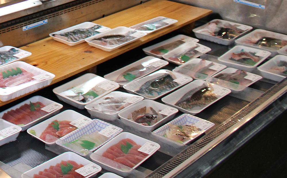 たくさん並ぶ魚や刺身
