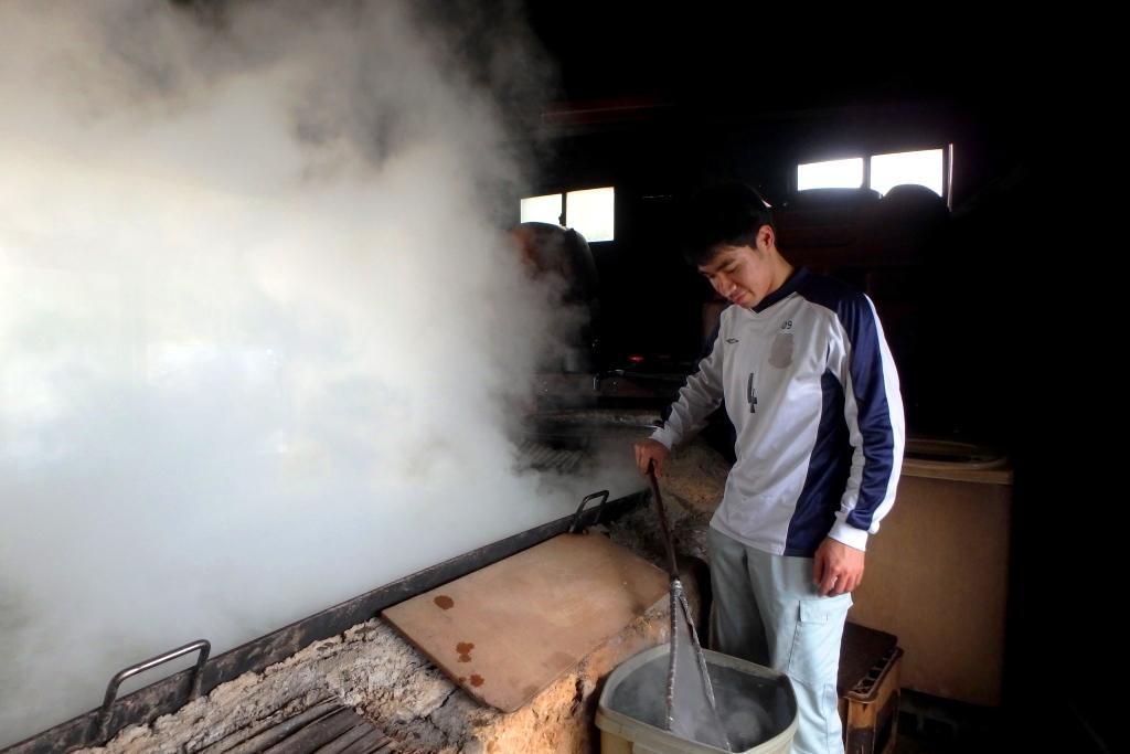 打田原の工場で塩つくりを担当している平建泰さん