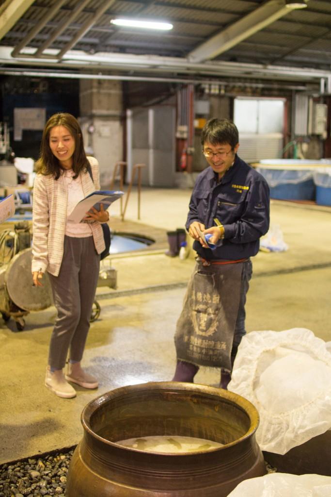 弥生焼酎醸造所の川崎さんに取材