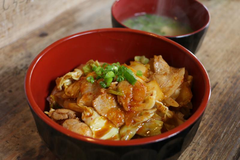 加計呂麻島にあるかなめちゃん豚キムチ丼