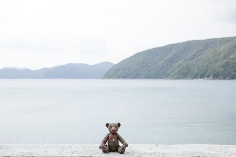 加計呂麻島の海とくまのぬいぐるみ