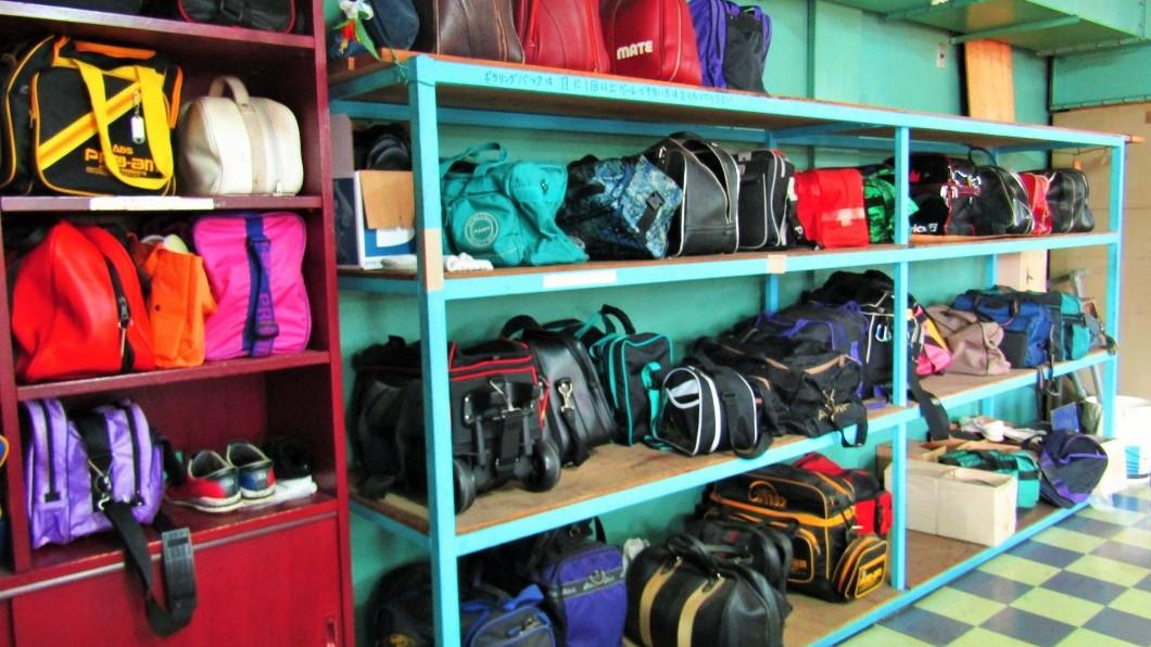 奄美ラスベガス場内の棚にある客たちの荷物