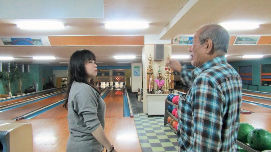 奄美ラスベガスオーナー積さんと話す女性