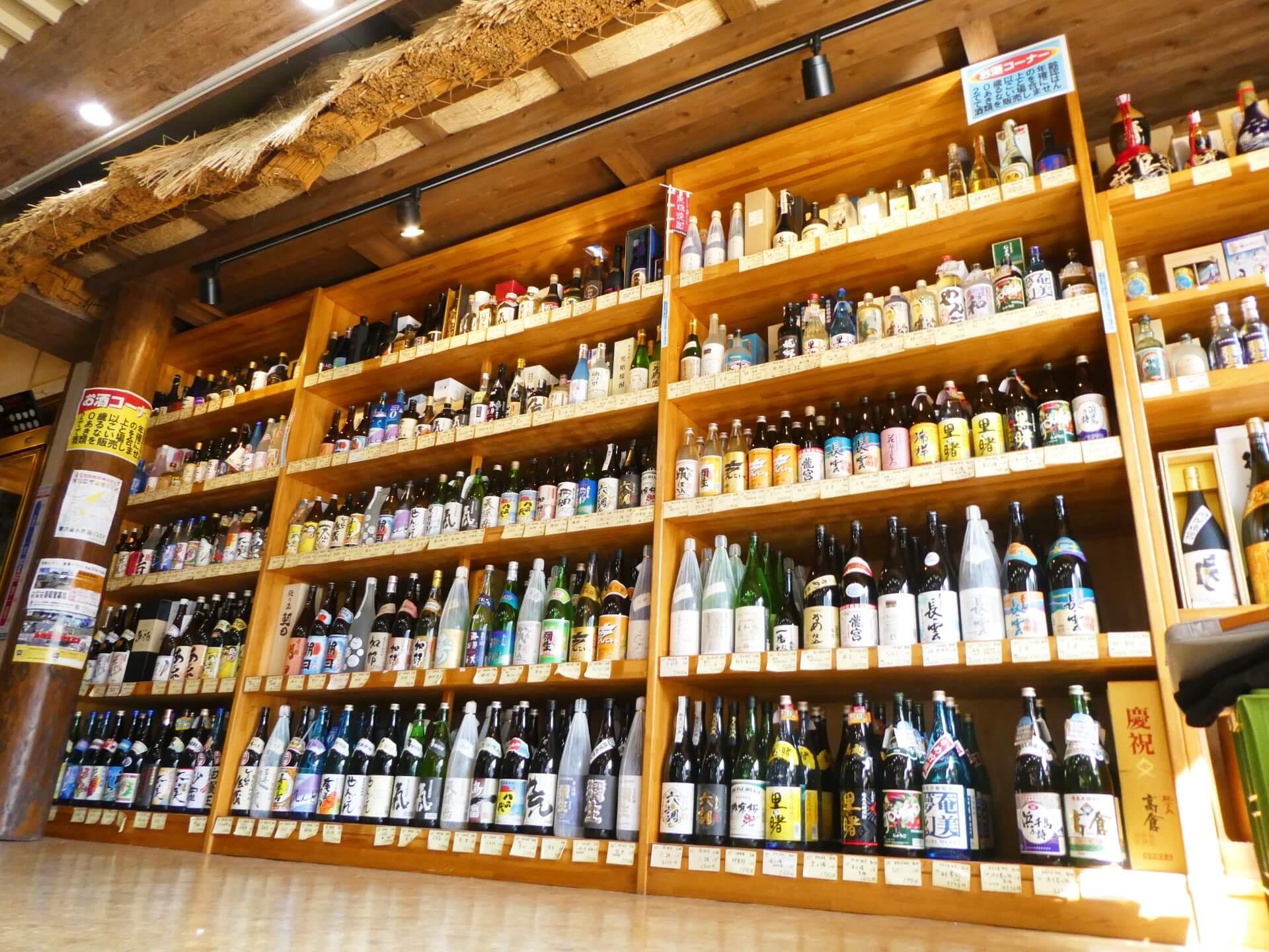 酒屋まえかわの黒糖焼酎の棚