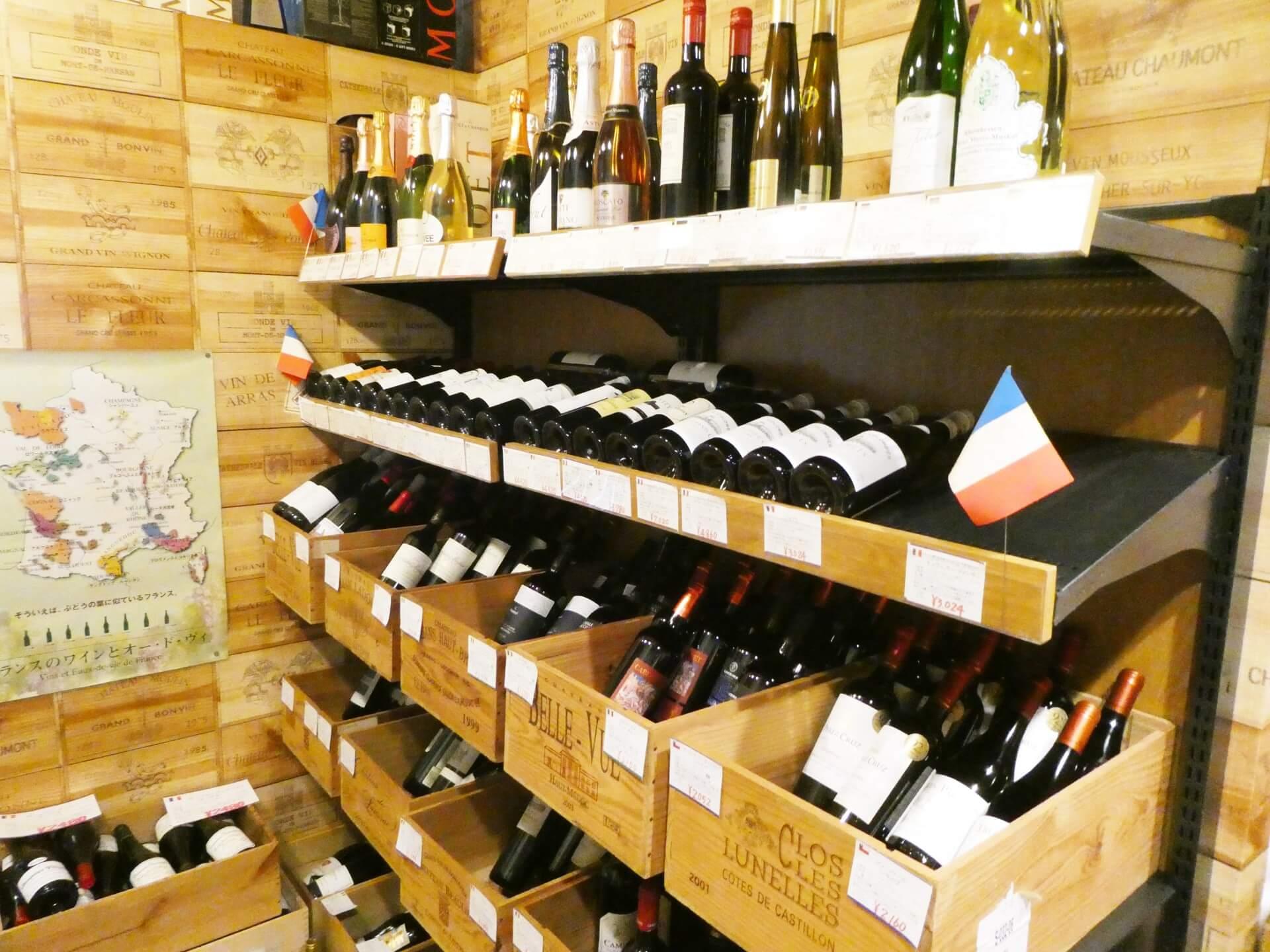 酒屋まえかわのワインの棚