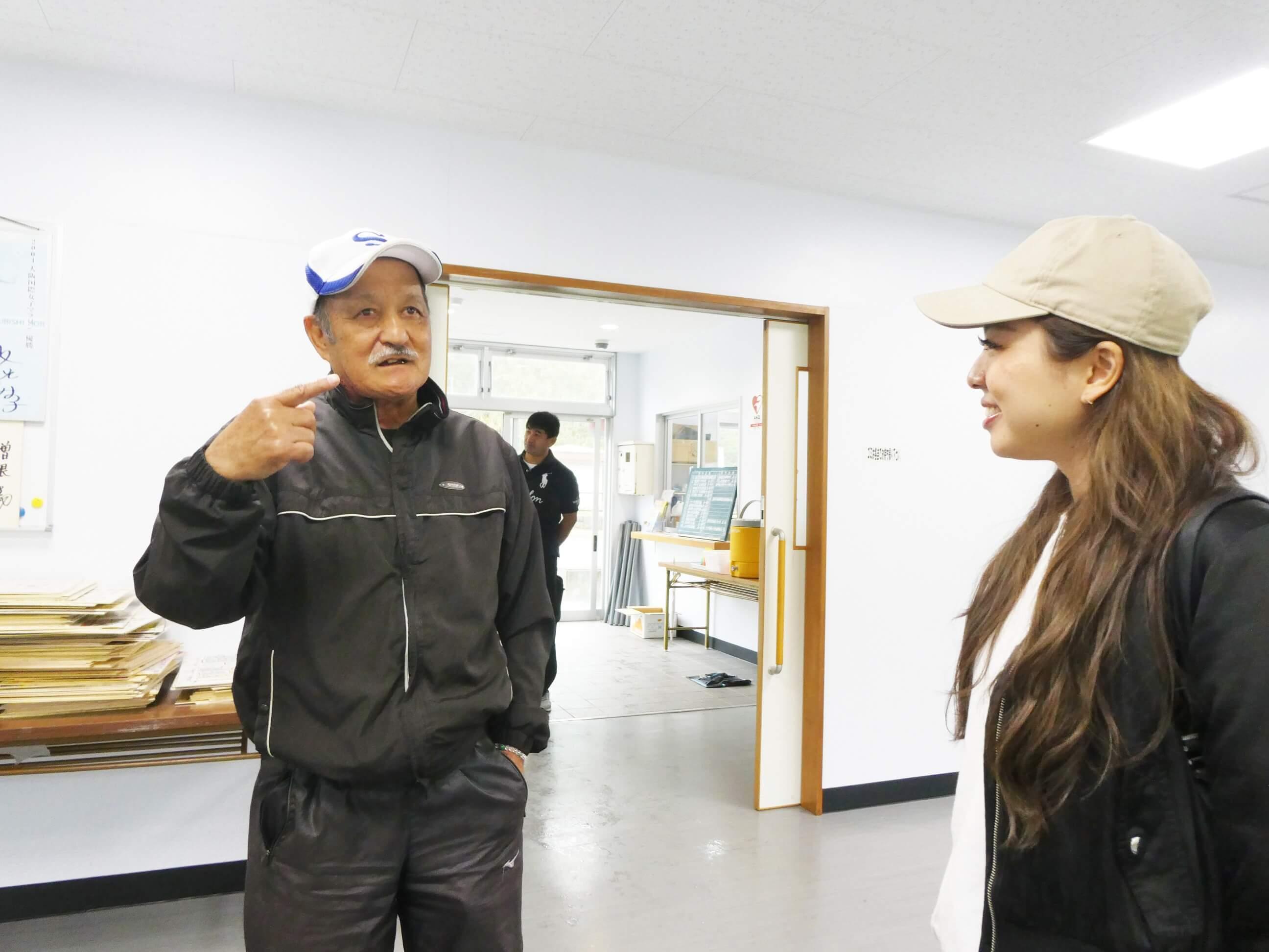 名瀬運動公園管理人の曽根さんと女性