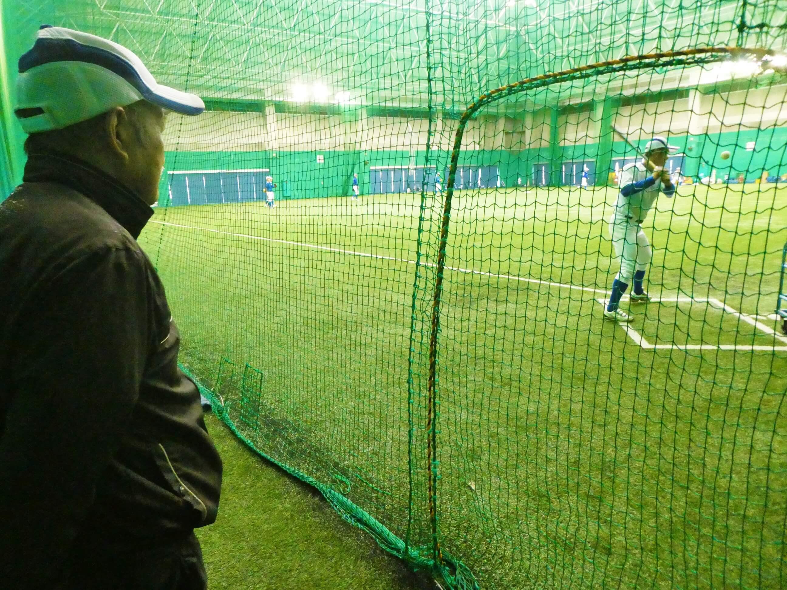 奄美にある名瀬運動公園の屋内競技場で野球の練習中