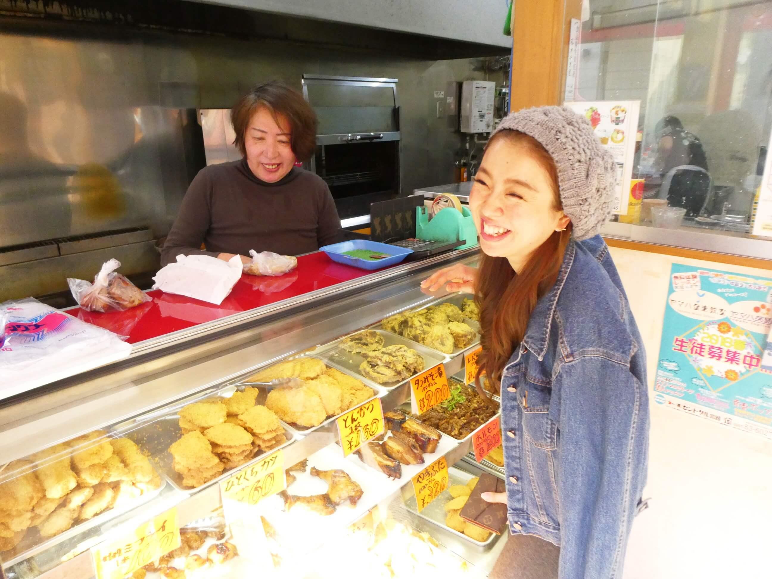 奄美にある松坂屋に来店しているお客さんの並ぶ姿