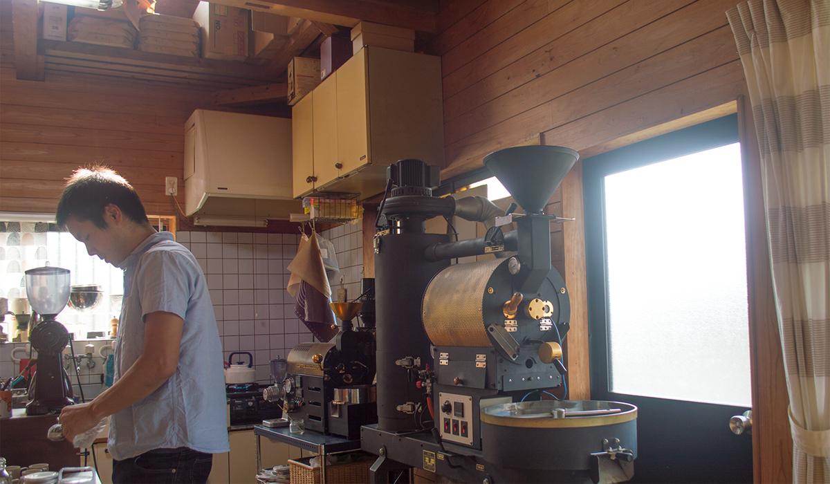 コーヒー豆を焙煎している男性