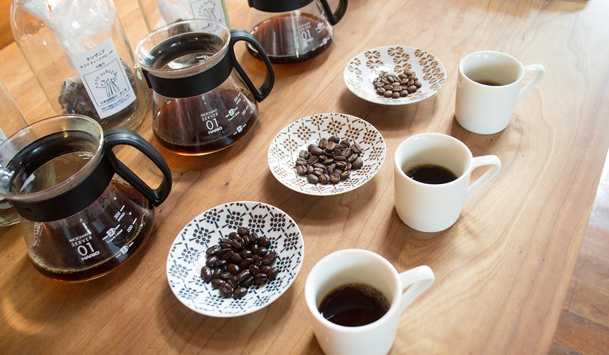 机の上に並ぶコーヒーとコーヒー豆