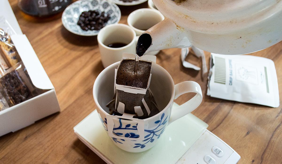 ドリップバックで注いでいるコーヒー