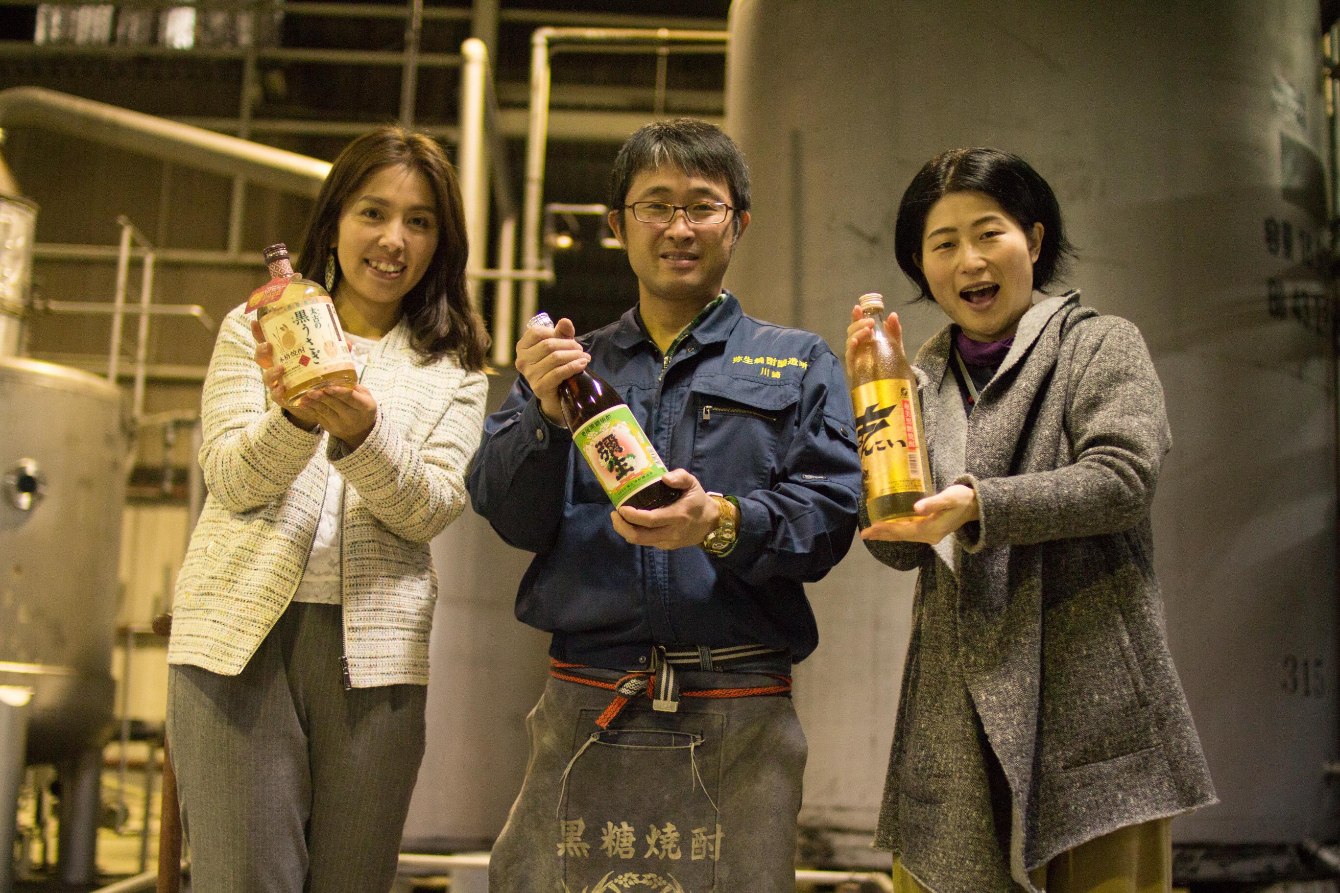 弥生焼酎醸造所の川崎さんと取材した女性2人