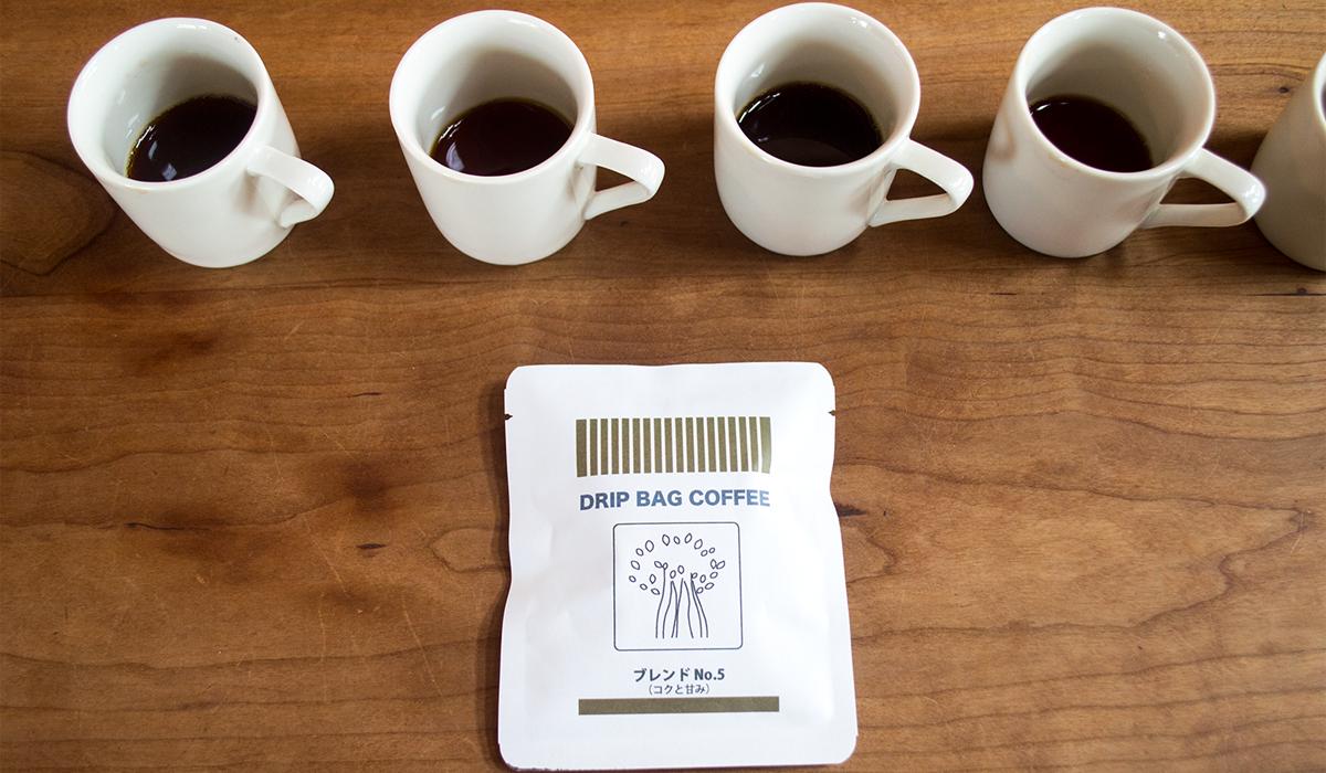 机の上に並ぶコーヒー