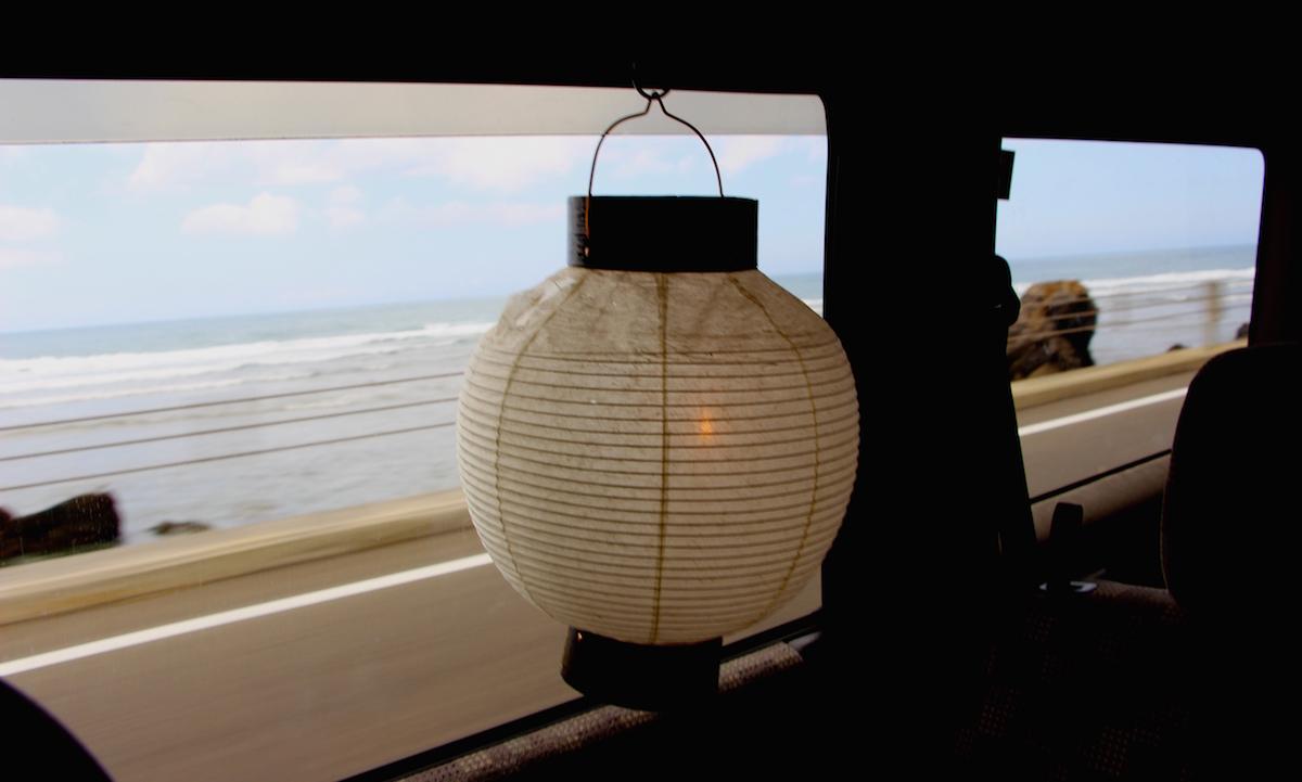 奄美のお盆家に着いたら仏壇に着座する写真IMG_7454