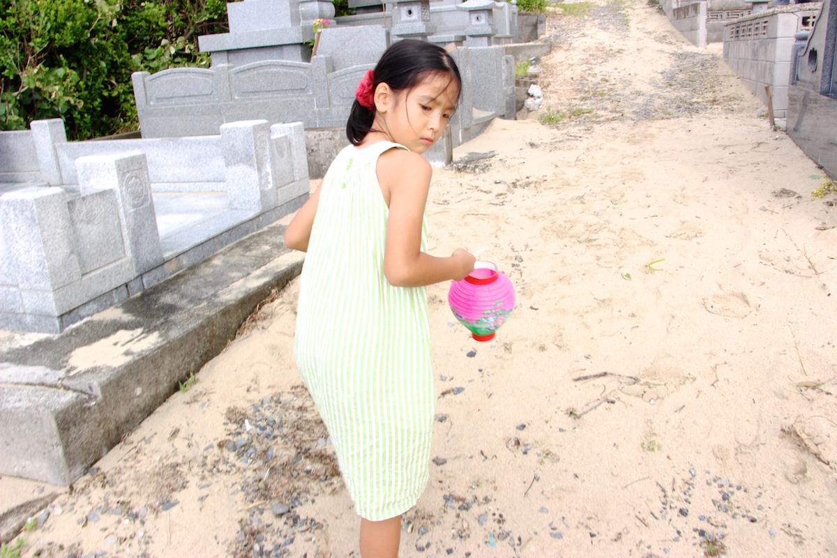 奄美のお盆送り盆の提灯を持った女の子の写真IMG_7566
