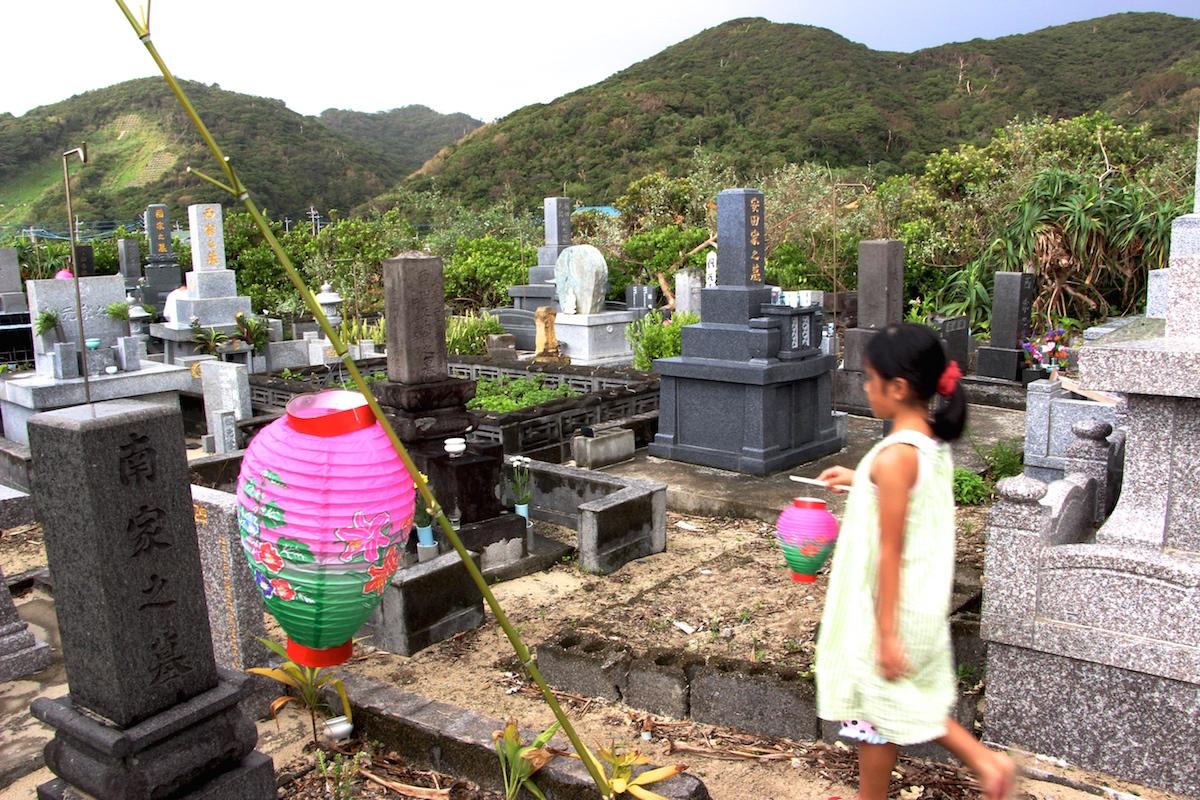 奄美のお盆送り盆の提灯を持った女の子がお墓に向かう写真IMG_7569