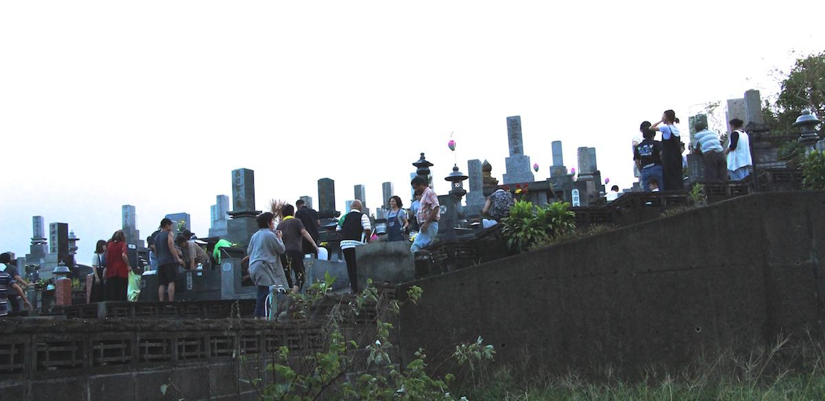 奄美のお盆送り盆にお墓に送りに来た人たちの写真IMG_7632