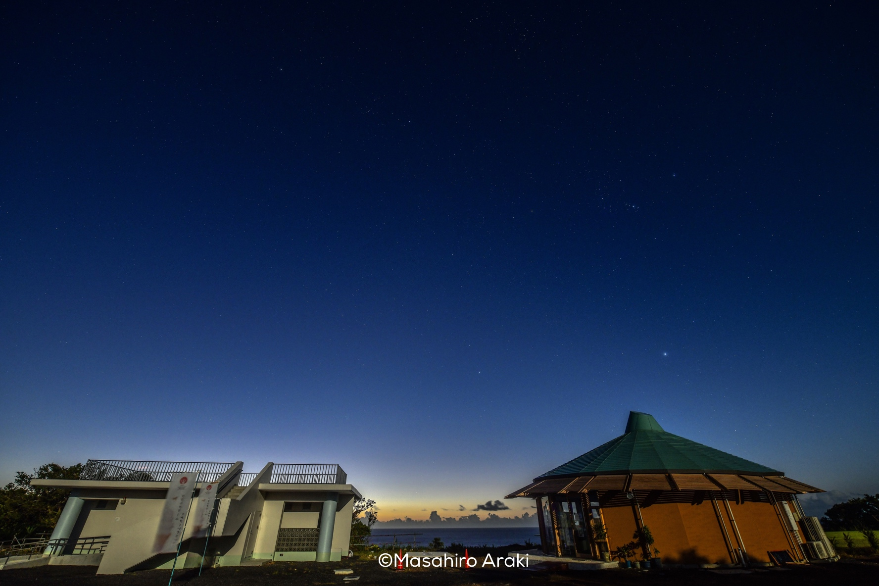 駐車場と観光案内所と星空の写真001_02 のコピー