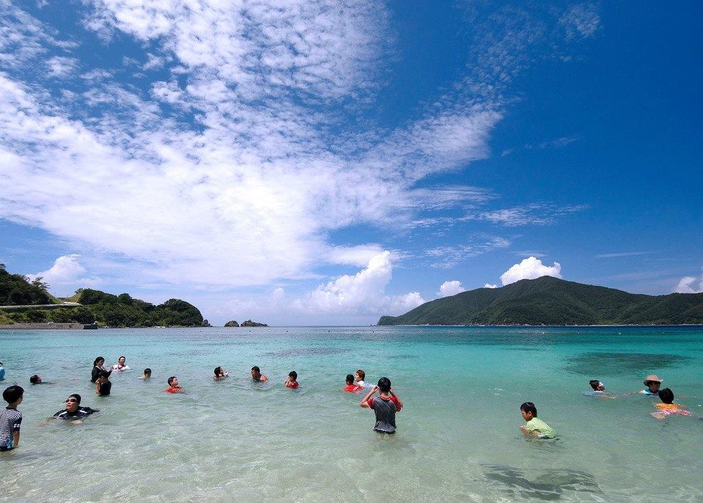 タエン浜の青い海で泳ぐ人