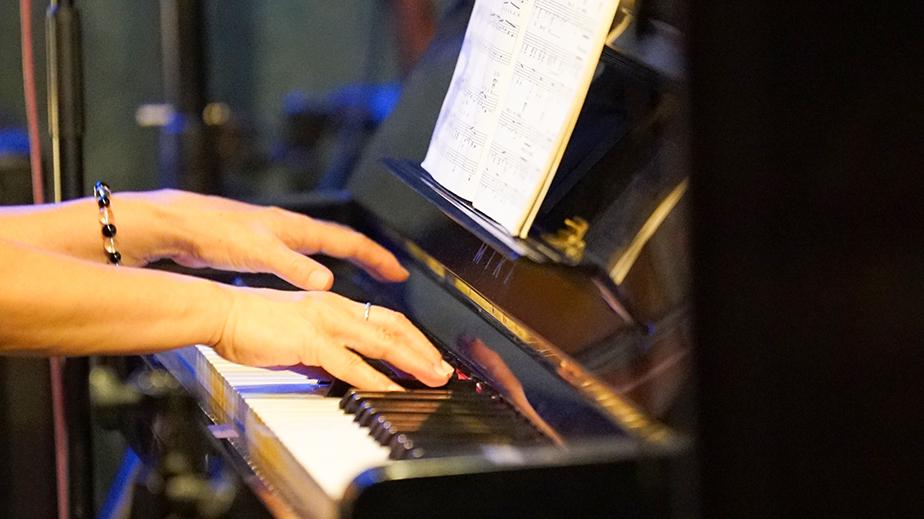 奄美大島LIVE BAR MA・YASCO ピアノを弾く人