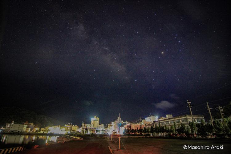 奄美市街地の上空に見えるさそり座の写真P002_05