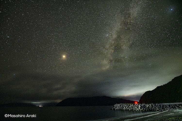 和瀬海水浴場からみえる星空と月の写真P002_07