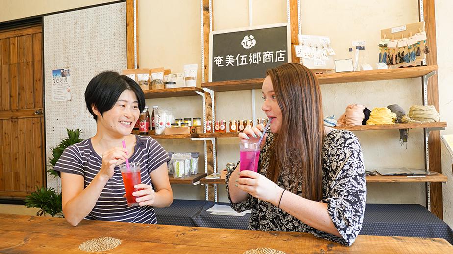 奄美伍郷商店:トロピカルジュースを飲む女性