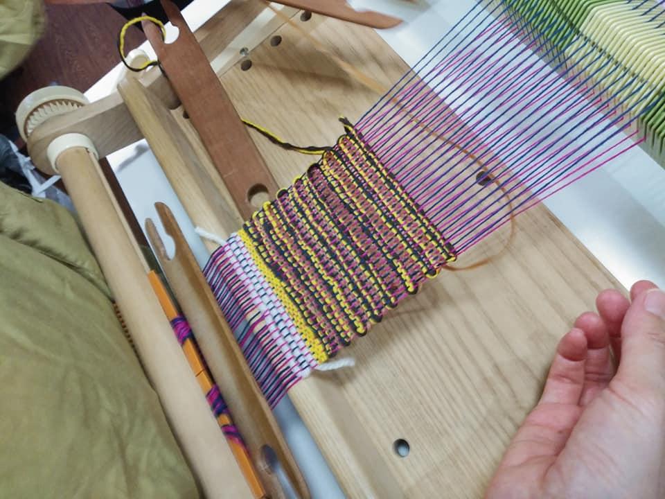 草木染の綿糸と糸芭蕉の糸を織る49135422_2370242453047056_8380691761093148672_n