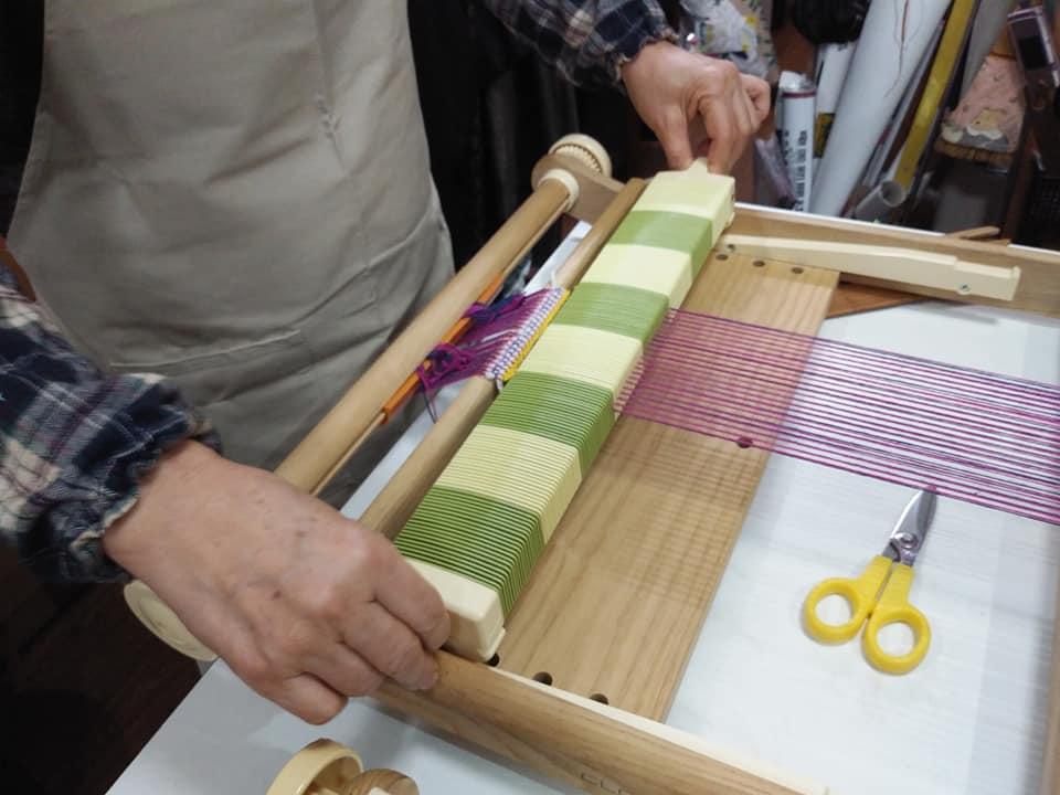 織り機で糸をトントン49321374_2370242813047020_1252592925154476032_n