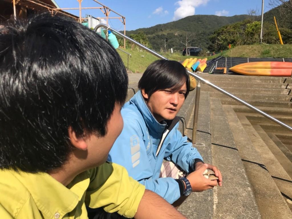 カヌー乗り場の前で話す男性