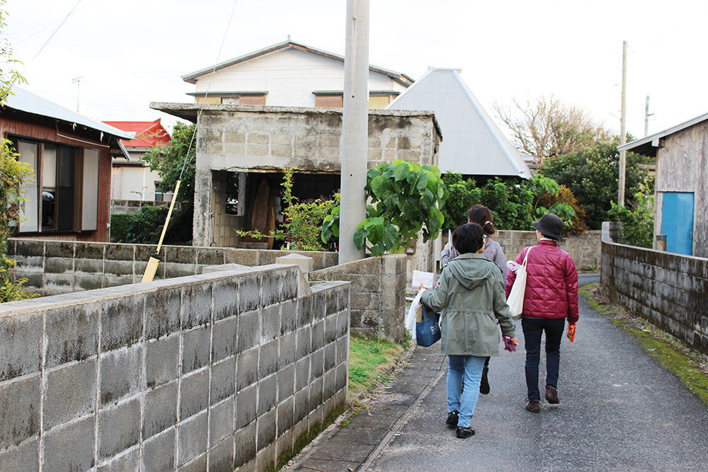 節田集落散策をする女性たち