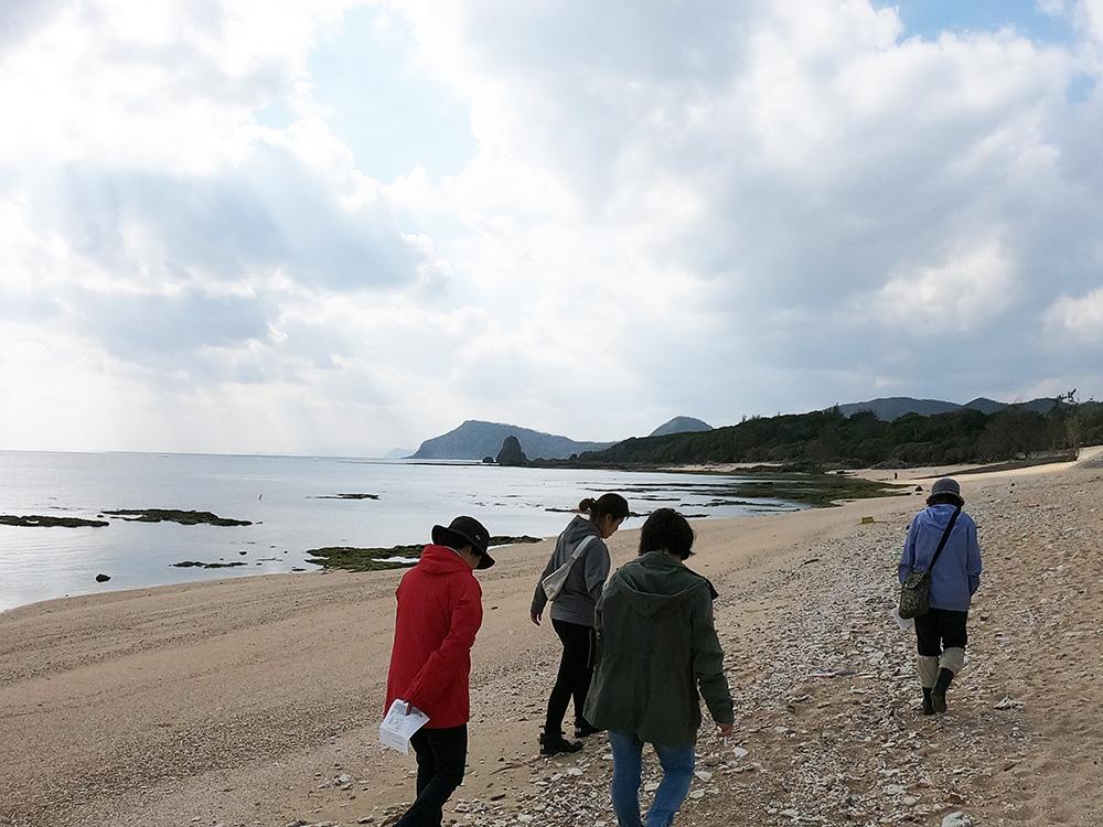 海岸を歩く節田ウオーク