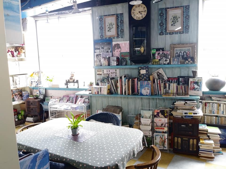 あまみ庵店内の読書スペース
